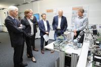 NRW-Bildungsministerin Yvonne Gebauer (2. V.l.) machte sich in Kerpen ein Bild von den Lösungen der Lucas-Nülle GmbH für die Digitalisierung und Industrie 4.0 an Berufsschulen.