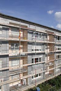 Im Bestand zu Hause: In der energetischen Sanierung von Fassaden liegt ihr größtes Potenzial: Die S 024 ist besonders schlank, sehr handlich und stabil, auf dem Gerüst leicht zu tragen, oberflächenfest und daher beidseits bestens zu verputzen (Foto: Caparol Farben Lacke Bautenschutz/Claus Graubner)