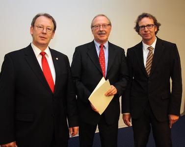 Professor Dr. Klaus Rave (Mitte), FH-Präsident Prof. Dr. Herbert Zickfeld und Prof. Dr. Torsten Faber, Foto: Gatermann