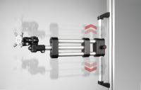 400 mm Verstellweg: die neuen doppelten und teleskopierenden (im Bild) Tragarme aus dem Programm der Monitorhalterung lassen sich einfach von Hand in der Höhe verstellen und mit einem federbelasteten Rastbolzen fixieren