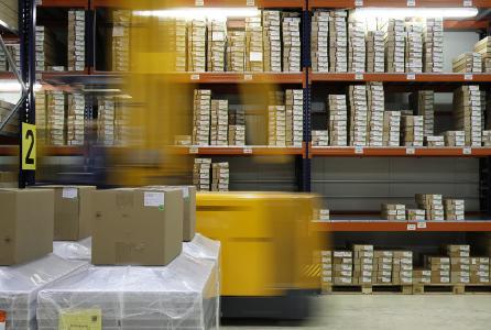 Grünes Warehouse Management macht Ihre Logistik, z. B. durch kürzere Fahrwege, nachhaltig und kann gleichzeitig Betriebskosten senken