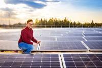 Der PV-Projektverantwortliche Phillip Wersinger ist stolz auf die grüne Energie aus der modernen Großanlage / © W&H