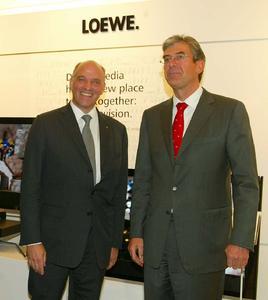 Frieder C. Löhrer, Vorstandsvorsitzender der Loewe AG, und Michael Ward, Harrods Geschäftsführer, bei der Wiedereröffnung der Loewe Galerie im Londoner Luxuskaufhaus Harrods. (von links nach rechts)