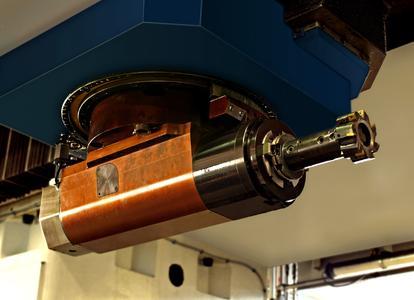 Mit dem außergewöhnlich kompakt gebauten ROMAI-Winkelkopf spart BURKHARDT+WEBER in der MCR 4400 wertvollen Arbeitsraum