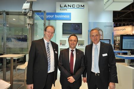 Bundesinnenminister Dr. Friedrich mit den LANCOM Geschäftführern Ralf Koenzen (links) und Stefan Herrlich (rechts)