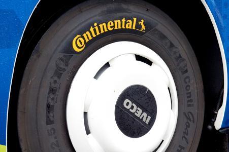Der Conti Goal HA3, der exklusive UEFA EURO 2016TM-Reifen, basiert auf dem etablierten Regionalverkehrsreifen Conti CityPlus HA3 und bietet optimales Handling und ideale Nassfahreigenschaften für eine sichere Fahrt zu den zehn Spielstätten. Der Conti Goal HA3 ist in der Dimension 295/80 R 22.5 an allen Achsen einsetzbar