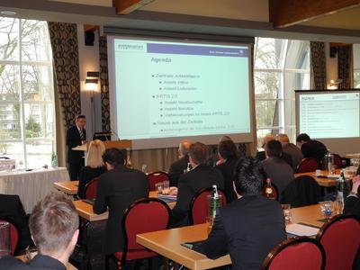 Spannung im Publikum: Herr Reiber von der Eurobaustoff Kooperation präsentiert Neues aus dem Bereich Artikelstammdatenpflege.