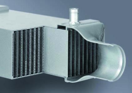 Ein indirekter Ladeluftkühler von Behr Hella Service als Schnittmodell: er reduziert Kraftstoffverbrauch sowie NOx- (Stickoxide) und  CO2-Werte deutlich