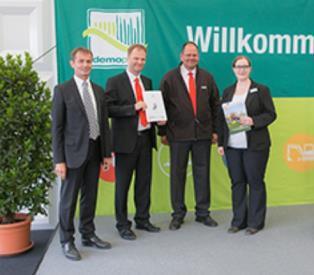 Die Neuheiten-Silbermedaille für den Citymaster 1600 auf der demopark 2015: Dr. Michael Fischer (2.v.l.) und Dr. Olaf Heinemann (2.v.r.) nehmen die Auszeichnung entgegen