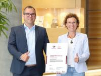 Geschäftsführer Alexander Weiss und seine Schwester Carla Staiber-Weiss freuen sich über das neue Zertifikat.