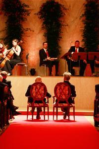 Italiens und Österreichs Staatspräsidenten Giorgio Napolitano und Heinz Fischer auf zwei Stühlen von SELVA im großen Kursaal von Meran (Bild: Dolomiten)