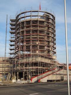 Ein optischer Hingucker mit dem Anspruch ein Wahrzei-chen zu werden. Der Turm der Erweiterung des Meilen-werks Stuttgart. (Foto: ACTIV-Immobilien GmbH & Co. KG, Schemmerhofen)