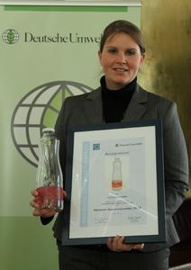 "Stefanie Lenz, Innovation Project Manager bei O-I Europe, hat den ""Mehrweg Innovationspreis 2010"" in Berlin entgegengenommen"