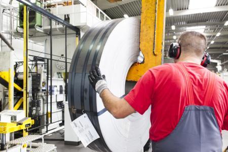 Vormaterial von thyssenkrupp: 6.000 Tonnen Stahl pro Jahr verarbeitet die Firma Jäkel, einer der führenden Hersteller für Qualitäts-Maschinenmesser, und fertigt daraus rund 2,8 Millionen Teile.