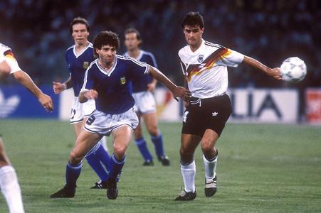 Der spätere Weltmeister Thomas Berthold im WM-Finale 1990 gegen Argentinien