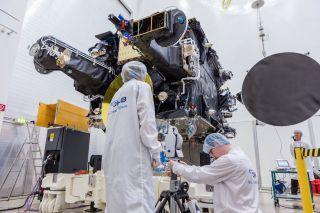 SmallGEO-Satellit H36W-1: Das 'Antenna Alignment' gehörte zum Programm der umfangreichen Testkampagne im Testhaus IABG / (c) OHB System AG