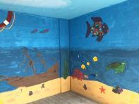 Die Auszubildenden von Aumüller Aumatic verschönerten die Grundschule der Stadt Thierhaupten mit einer Unterwasserwelt.