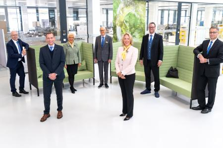 The HARTING Executive Board believes that moderate single-digit sales growth in the current 2020/21 financial year is possible: Dr. Michael Pütz, Andreas Conrad, Margrit Harting, Dietmar Harting, Maresa Harting-Hertz, Philip Harting and Dr. Kurt D. Bettenhausen (from left to right).
