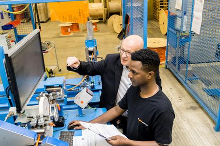 Lapp will in den nächsten drei Jahren neun anerkannten Flüchtlingen die Ausbildung zum Maschinen- und Anlagenführer zu ermöglichen / Tedros Gebru, Flüchtling aus Eritrea, hat bereits im September 2015 eine Ausbildung begonnen