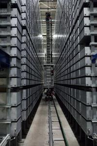 Eine Gasse des automatischen Kleinteilelager mit den gelagerten Tablaren (Quelle: TGW Logistics Group GmbH )