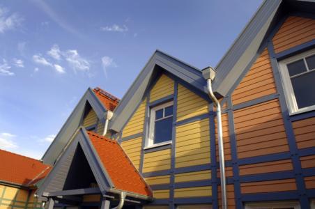 Das Erscheinungsbild der Ferienhäuser, die Niedrigenergiehäuser sind, wird durch vorgesetztes Fachwerk mit in kräftigen Farben gehaltener Stülpschalung bestimmt.
