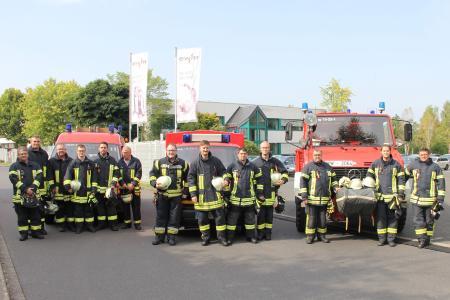 Gleich 13 Mitarbeiter der EWM AG engagieren sich bei der freiwilligen Feuerwehr in Mündersbach. Sie freuen sich über die Unterstützung ihres Arbeitgebers: Das Unternehmen stellt die Ehrenamtler für Einsätze und Lehrgänge frei.