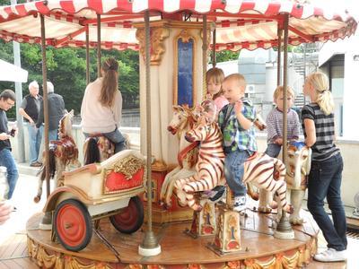 Die Kleinen amüsieren sich auf dem Kinderkarussell, Foto Pressebüro Schiel