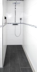 Aufgrund der maßgefertigten Rinne, die dem Wandverlauf folgt, kommt diese Duschnische mit einer Gefällerichtung aus. Diese sorgt für einen problemlosen Ablauf des Wassers