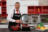 """Fernsehkoch und Moderator Christian Giese im Set von """"Christian kocht!"""""""