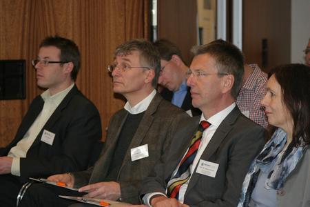 Prof. Dr. Horst-Günter Rubahn, SDU, Prof. Dr. Helmut Erdmann und Dr. Heike Bille von der FH Flensburg auf dem internationalen Workshop in der IHK zu Flensburg
