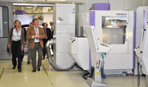 Mitte Mai hat Heraeus mit einer neuen Produktionshalle seine CAD/CAM-Fertigungskapazitäten in Hanau erweitert. In der Zentralfertigung produziert Heraeus computergestützt Kronen, Brücken und Suprastrukturen aus Zirkonoxid oder Nichtedelmetallen. Neu im Angebot sind Modelle auf Basis digitaler Abformungen (Foto: Heraeus)
