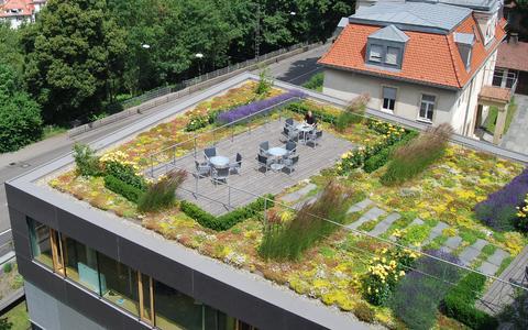 """""""Leben auf dem Dach"""": Einfache Verlegung, große Gestaltungsvielfalt - das auflastgehaltene Geländersystem """"SkyGard"""""""