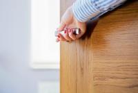 So individuell wie ein Fingerabdruck: Holz-Haustüren von Unilux sind Unikate, da das verwende Rohmaterial stets einzigartig und unverwechselbar in der Maserung ist.