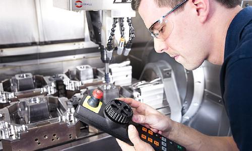 Mit CNC-gesteuerten 5-Achs-Fräsen können komplexe Geometrien mit Abmaßen bis zu 600 x 600 x 500 mm gefertigt werden