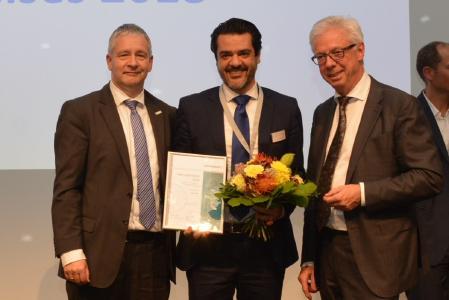 Geschäftsführer Amir Parasta nimmt den Telemedizinpreis 2018 entgegen
