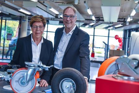 Ingrid Langenscheidt, Gesellschafterin der TORWEGGE GmbH & Co. KG, und Uwe Eschment, Geschäftsführer der TORWEGGE GmbH & Co. KG, verstehen die Eröffnung der Erlebniswelt als Meilenstein für das Unternehmen. (Foto: TORWEGGE)
