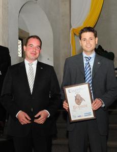 Ihre Anstrengungen wurden belohnt: Hendrik Kühn, Key Account Manager Makler-Service (links) und Carsten Gauch, Projektleiter Maklerportal (rechts) des BGV