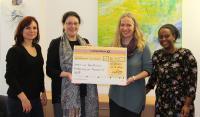 """In Frankfurt überreichte Rajapack einen ersten Spendencheck des Aktionsprogramms """"Perspektiven für Frauen"""" an den VbFF – Verein zur beruflichen Förderung von Frauen"""