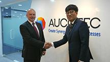 Roy Lee (at the right), Managing Director of Aucotec Korea, upon signing the contract in Seoul with AG Executive Officer Markus Bochynek (© AUCOTEC AG)