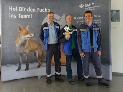 """Dirk Wittemund, Steffen Thieme und Frank Adler von der C.D. Wälzholz KG (v.l.n.r.) haben für ihre Idee den """"Schlauen Fuchs"""" von der BGHM erhalten"""