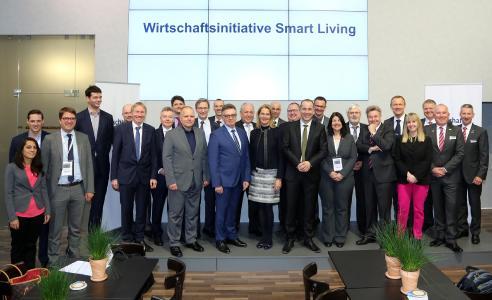 Die Teilnehmer der Initiative Smart Living bei der Gründungsveranstaltung auf der ISH in Frankfurt / Bild: Messe Frankfurt/Jochen Günther