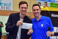 Der Bürgermeister Nußlochs, Joachim Förster, fungierte als Co-Trainer neben Heiner Brand und übergab nach Spielende noch einen Scheck über 1.000 Euro im Namen der Gemeinde Nußloch, Fotograf: Steffen Hoffmann