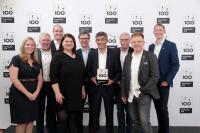 Ranga Yogeshwar überreicht bereits zum zweiten Mal in Folge das TOP 100-Siegel für besondere Innovationskraft an Geschäftsführerin Ramona Meinzer und den Führungskreis von Aumüller Aumatic