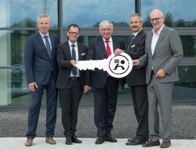Markus Spanner (2nd from the left), Dr. Karl Spanner (middle), and Dr. Peter Schittenhelm (2nd from the right) during the symbolic hand-over of the keys to the new Technology Center by Rudolf Harsch (left) and Ulrich Maiterth (right) from Harsch Fertigbau. (Image: PI)