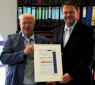 Martin Delling, Leiter der Zweigniederlassung Coface Deutschland in Bielefeld, übergibt die Urkunde Unternehmensgründer Siegbert Wortmann / Foto: WORTMANN AG