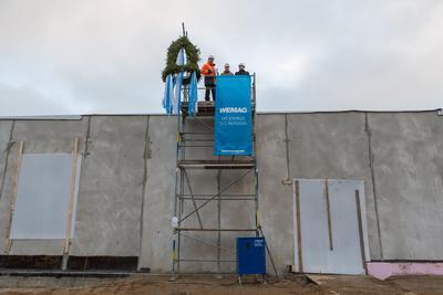 Beim Richtspruch: WEMAG-Projektchef Tobias Struck, Bauleiter Björn Holzendorf und Younicos Projektleiter Lars Pinnecke (v.l.)