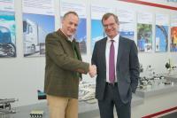 Nach Vertragsunterzeichnung ein partnerschaftliches Treffen vor Ort in Altenstadt: Karl Haeusgen, CEO HAWE Hydraulik (links) und Dr. Jürgen Zeschky, CEO der HOERBIGER Holding AG (rechts)