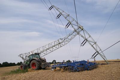 Traktor fährt in 110-kV-Freileitungsmast (Foto: WEMAG)