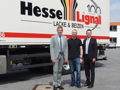 (v.l.n.r.): Hans J. Hesse und Tim Herold von Hesse mit Maciej Czarnecki von LeasePlan