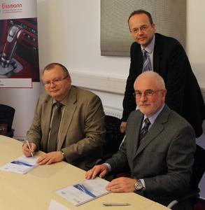 (v.l.n.r.) Bodo Deutschmann, Bereichsleiter IT / CIO und Norman Willich, Kaufmännischer Geschäftsführer der Eissmann Group Automotive (stehend) sowie Oswald Freisberg, Geschäftsführer der SER Solutions Deutschland GmbH, bei der Unterzeichnung des Vertrages